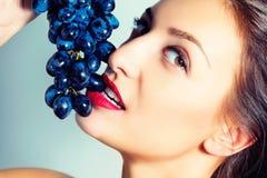 Ritratto di bella ragazza sexy con l'uva Fotografia Stock
