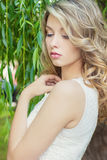 Ritratto di bella ragazza sexy con le grandi labbra grassottelle con capelli bianchi e un dito lungo pieno bianco immagine stock libera da diritti