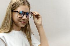 Ritratto di bella ragazza sorridente con i vetri Bambino astuto nerdy fotografia stock