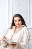 Ritratto di bella ragazza sorridente in una camicia bianca con un fischio Fotografia Stock Libera da Diritti