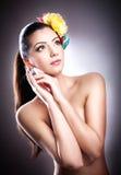 Ritratto di bella ragazza in studio con i fiori in suoi capelli Immagini Stock Libere da Diritti