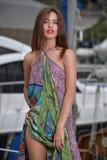 Ritratto di bella ragazza su un fondo degli yacht Fotografia Stock