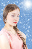 Ritratto di bella ragazza su un fondo nevoso Immagini Stock Libere da Diritti