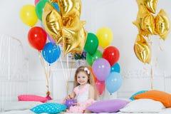 Ritratto di bella ragazza sul vostro compleanno Fotografie Stock