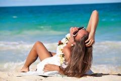 Ritratto di bella ragazza sulla spiaggia Immagine Stock
