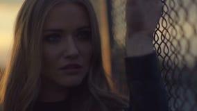Ritratto di bella ragazza sulle vie durante il tramonto archivi video