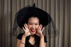 Ritratto di bella ragazza Un grande Web di ragno prima di una luna luminosa bizzarra Immagini Stock