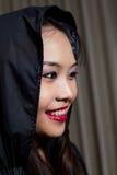 Ritratto di bella ragazza Un grande Web di ragno prima di una luna luminosa bizzarra Immagini Stock Libere da Diritti