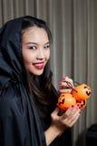 Ritratto di bella ragazza Un grande Web di ragno prima di una luna luminosa bizzarra Fotografia Stock