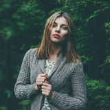 Ritratto di bella ragazza in un parco fotografia stock
