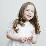 Ritratto di bella ragazza in un vestito bianco Immagini Stock