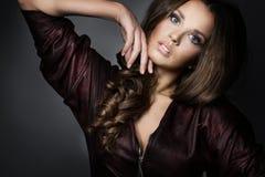 Ritratto di bella ragazza in un vestito di cuoio marrone fotografia stock