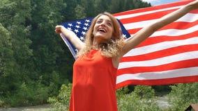 Ritratto di bella ragazza in un vestito rosso contro lo sfondo delle montagne della foresta e del cielo Festa dell'indipendenza d stock footage