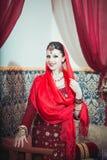 Ritratto di bella ragazza in vestito e gioielli orientali Fotografie Stock Libere da Diritti