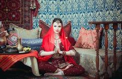 Ritratto di bella ragazza in vestito e gioielli orientali Immagine Stock Libera da Diritti