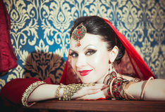 Ritratto di bella ragazza in vestito e gioielli orientali Immagini Stock