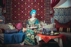 Ritratto di bella ragazza in vestito e gioielli orientali Immagine Stock