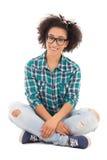 Ritratto di bella seduta afroamericana felice dell'adolescente Fotografia Stock Libera da Diritti