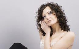 Ritratto di bella seduta della giovane donna Fotografie Stock Libere da Diritti