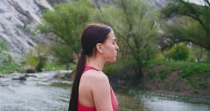 Ritratto di bella signora attraente verso la metà di tempo di meditazione della natura accanto al fiume lei godere archivi video