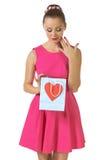 Ritratto di bella signora che guarda il contenitore di regalo del cuore Immagine Stock