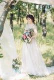 Ritratto di bella sposa con il mazzo nella natura Fotografia di arte immagini stock libere da diritti