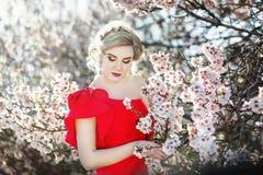 Ritratto di bella sposa di modo, dolce e sensuale Le nozze compongono e capelli Bandiera dei fiori Background Stile moderno di ar immagine stock libera da diritti