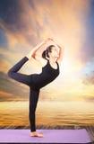 Ritratto di bella yoga asiatica di invio della più giovane donna per healt immagini stock