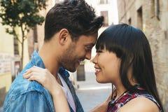 Ritratto di belle coppie felici isolate sulla via Immagine Stock Libera da Diritti
