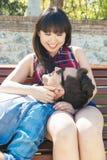 Ritratto di belle coppie felici isolate sulla via Immagini Stock