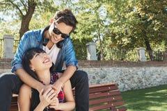 Ritratto di belle coppie felici isolate sulla via Fotografia Stock Libera da Diritti