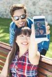 Ritratto di belle coppie felici sulla via Fotografia Stock