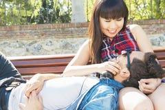 Ritratto di belle coppie felici sulla via Fotografie Stock
