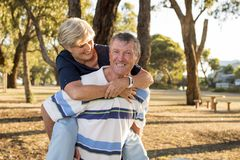 Ritratto di belle e coppie mature felici senior americane AR Immagine Stock