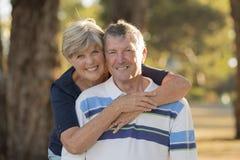 Ritratto di belle e coppie mature felici senior americane intorno 70 anni che mostrano amore ed affetto che sorridono insieme nel Immagine Stock Libera da Diritti