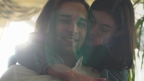 Ritratto di belle giovani coppie La donna con capelli marroni abbraccia un uomo bello video d archivio