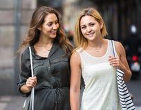 Ritratto di belle giovani donne che hanno una passeggiata Fotografie Stock Libere da Diritti