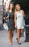 Ritratto di belle giovani donne che hanno una passeggiata Immagini Stock Libere da Diritti
