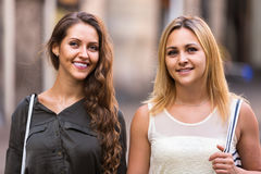 Ritratto di belle giovani donne che hanno una passeggiata Immagine Stock Libera da Diritti