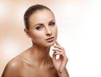 Ritratto di bellezza Bella donna che tocca il suo fronte Fres perfetto Fotografia Stock