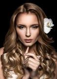Ritratto di bellezza Bella donna che tocca il suo fronte Fres perfetto Immagine Stock