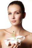 Ritratto di bellezza Bella donna della stazione termale che tocca il suo fronte perfetto Fotografie Stock