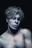 Ritratto di bellezza dell'uomo isolato a fondo scuro Trucco blu e grigio di arte Concetto dello skincare e dell'acconciatura fotografia stock libera da diritti