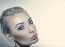 Ritratto di bellezza della donna attraente. Fotografie Stock