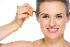 Ritratto di bellezza della donna che applica eye-liner marrone Fotografia Stock