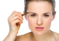 Ritratto di bellezza della donna che applica eye-liner marrone Immagini Stock