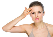 Ritratto di bellezza della donna che controlla pelle facciale Immagini Stock