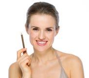 Ritratto di bellezza della donna che tiene eye-liner marrone Immagine Stock Libera da Diritti