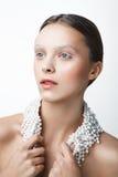 Ritratto di bellezza della donna con la collana della perla Trucco bianco e freddo Immagini Stock Libere da Diritti