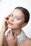 Ritratto di bellezza della donna con la collana della perla Trucco bianco e freddo Fotografia Stock Libera da Diritti